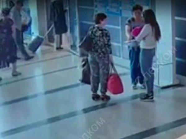 СКР показал видео, как в аэропорту Омска женщина дарит незнакомке своего ребенка