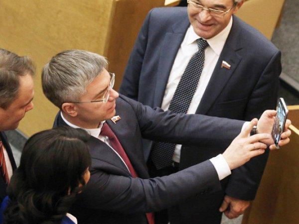Депутатов Госдумы отчитали за селфи во время голосования по пенсионной реформе