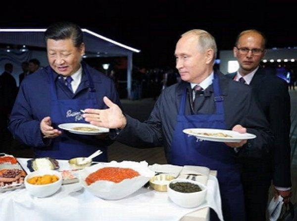 Путин и Си Цзиньпин приготовили блины с икрой и выпили водки