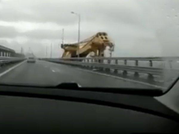 Очевидцы сняли на видео врезавшийся в Крымский мост плавучий кран