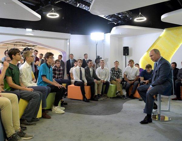 """Фото ученика в футболке """"Навальный 2018"""" в компании с Путиным """"взорвало"""" Сеть"""