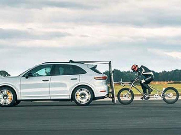 Новый рекорд скорости: Porsche Cayenne разогнал велосипедиста до 240 км/ч