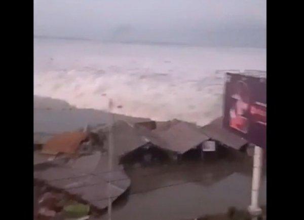 Страшный удар первой волны цунами на Индонезию попал на видео