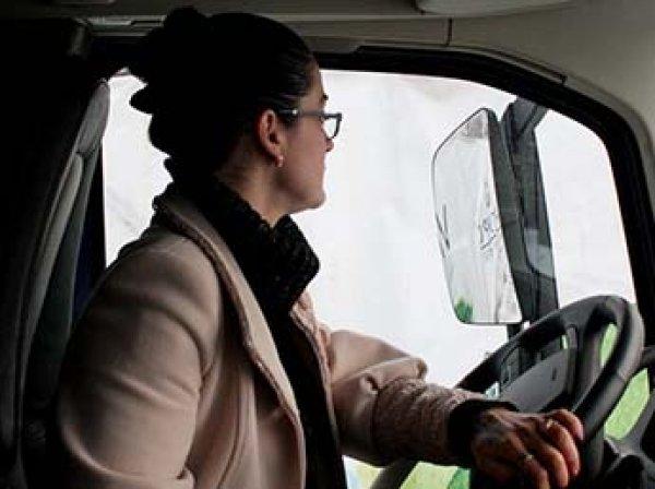 Минтруд разрешит женщинам работать водителями грузовиков и машинистами
