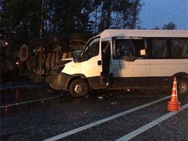 Уснувший водитель грузовика в Подмосковье протаранил маршрутку: 10 человек в больнице, один погиб
