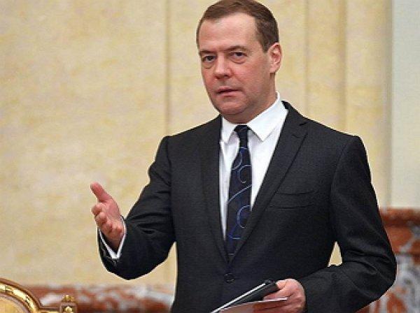 """Медведев опробовал в деле новый фотоаппарат """"Зенит М"""""""