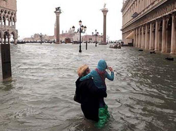 Италия ушла под воду: затоплено 75% Венеции, 9 человек погибли, деревья вырваны с корнем