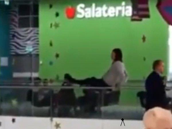 Падение девушки с перил в ТЦ в Москве попало на видео