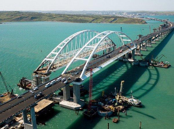 Пролет Крымского моста рухнул в воду: ЧП попало на ВИДЕО