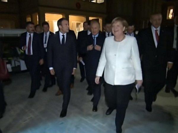 Меркель заговорила по-русски, увидев пальто Путина (ВИДЕО)