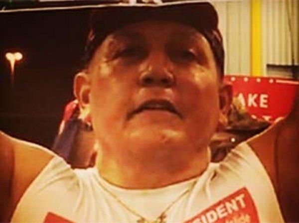 Режиссер Майкл Мур показал подозреваемого в рассылке бомб на видео митинга Трампа