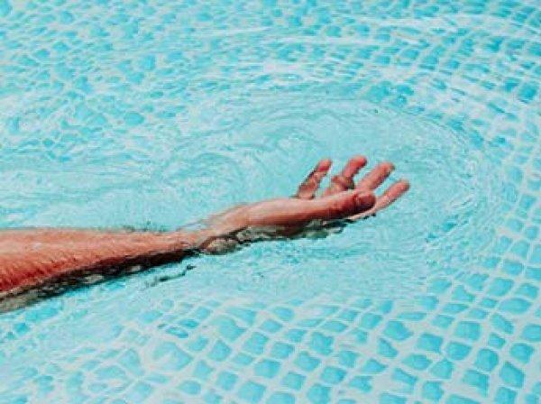 Американец умер после посещения бассейна, подцепив пожирающую мозг амебу