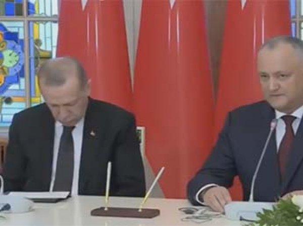 В Сеть попало видео спящего Эрдогана на пресс-конференции с Додоном