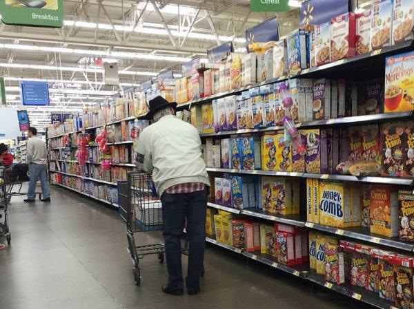 """Фото женщины в """"голых"""" лосинах в супермаркете США ошарашило Сеть"""