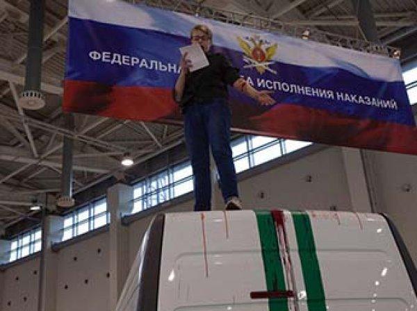 Активистка «Другой России» демонстративно вскрыла вены на полицейской выставке в Москве