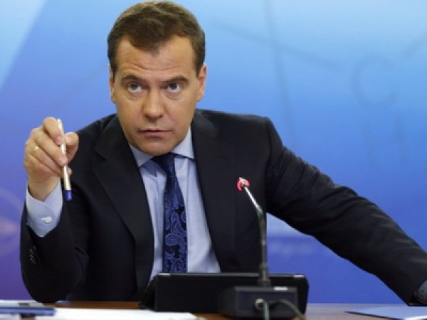 Медведев вышел из себя после просьбы нефтяников поднять цены на бензин на 5 рублей