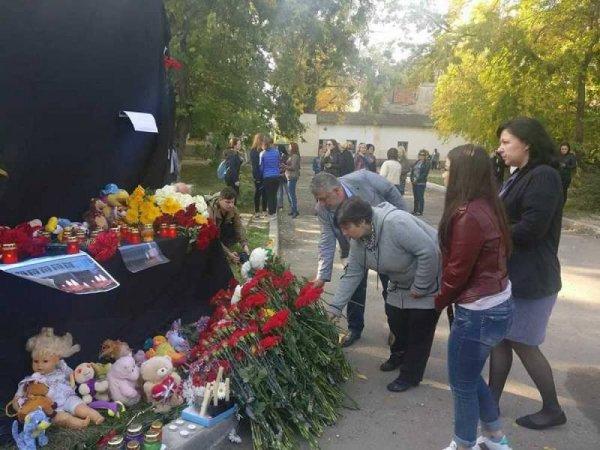 """""""Закрыли двери перед лицом"""": в соцсетях пишут о вопиющих действиях полиции во время бойни в Керчи"""