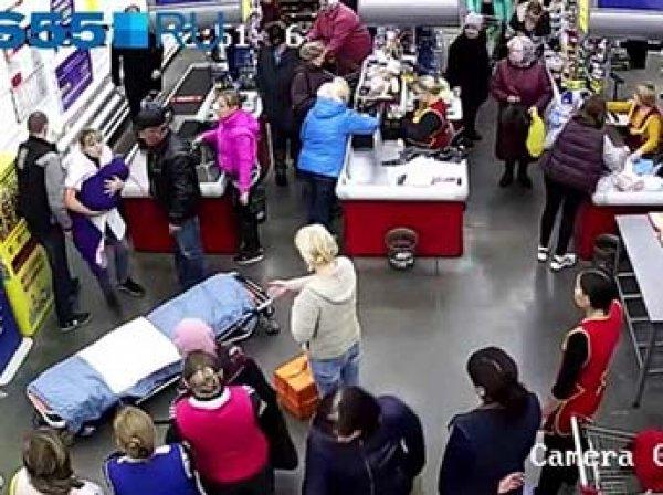 В Омской области женщина родила ребенка в очереди на кассе в супермаркете