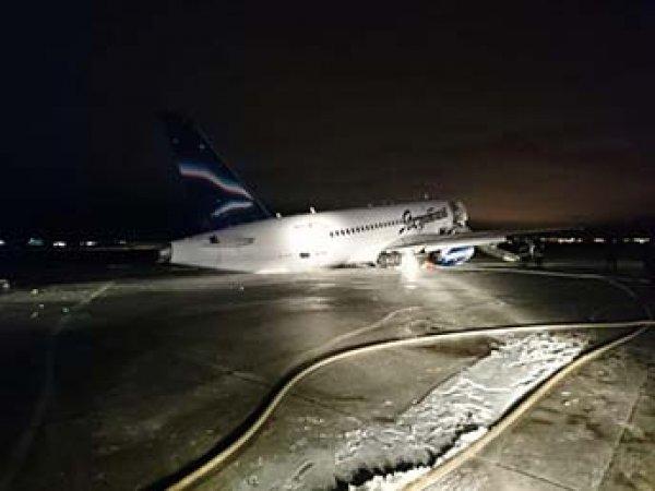 Самолет с пассажирами упал на брюхо в Якутске, инцидент попал на видео