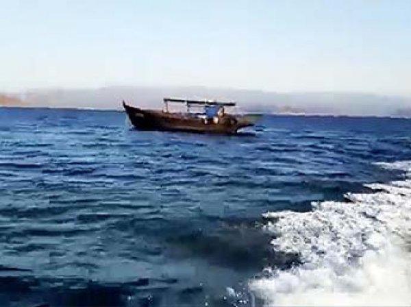 Таинственно дрейфующее судно без экипажа сняли на видео в Приморье