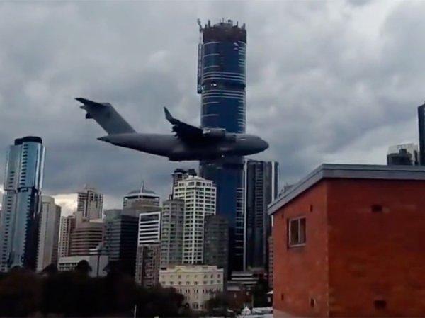 """Самолет ВВС Австралии чудом не повторил катастрофу """"9/11"""", пролетев между небоскребов"""