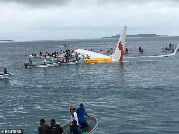 Что происходит после авиакатастрофы: снято видео, как спасатели заходят в упавший на воду самолет