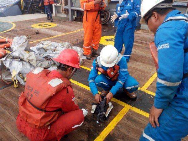 Крушение  самолета Boeing 737 в Индонезии: фото и видео с места трагедии появились в Сети