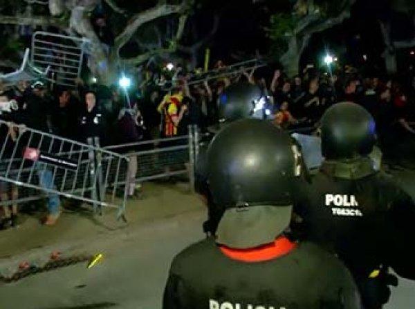 Беспорядки в Барселоне: протестующие забросали полицейских банками, яйцами и бутылками