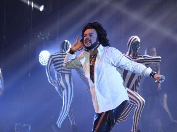 """""""Схватил за зону бикини"""": позорное фото Киркорова с концерта слили в Сеть"""