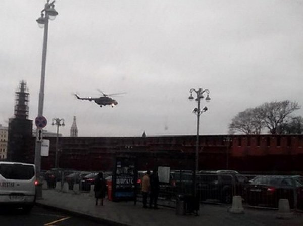 """Сеть взбудоражена видео, как с территории Кремля взлетели два вертолета Ми-8 с """"вооруженными людьми"""""""