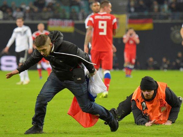 Болельщик с флагом России на матче с Германией выбежал на поле и упал в ноги Нойеру (ВИДЕО)