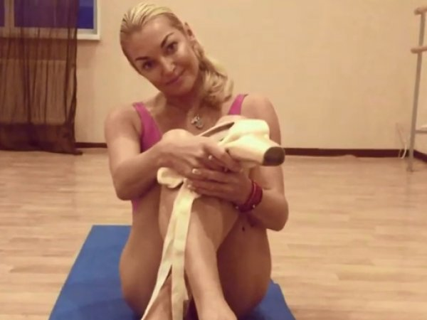 СМИ: Волочкова заставляет свою прислугу позировать на развратных фото