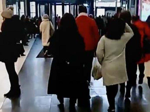 В Москве эвакуированы тысячи людей из 12 ТЦ и вокзала