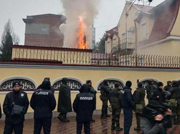 Украину захлестнули акции протеста против России: Генконсульства РФ забрасывают яйцами и файерами (ВИДЕО)