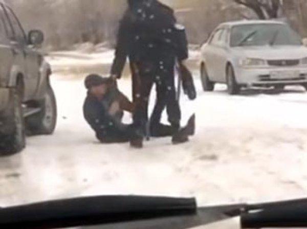 СКР заинтересовался видео, на котором полицейские на Алтае избивают инвалида на костылях