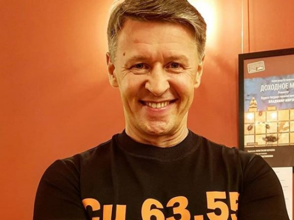 """Участник """"Уральских пельменей"""" похвастался на фото двумя чемоданами денег"""