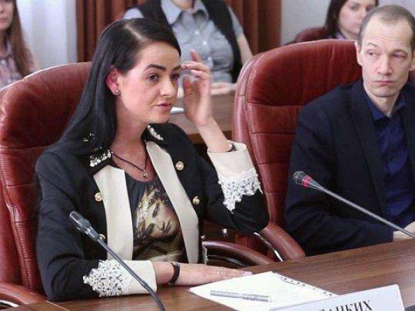 """СМИ узнали доход уральской чиновницы, заявившей, что государство """"ничего не должно"""" молодежи"""