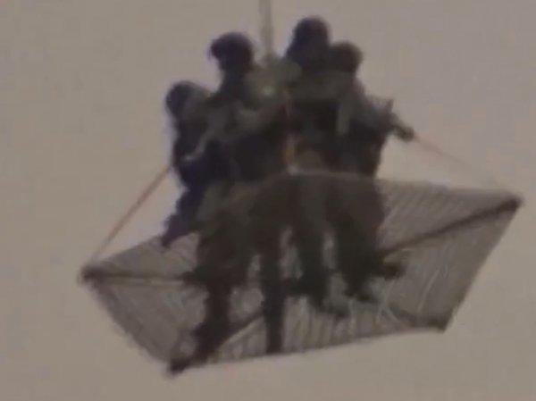 Видео с крупным изображением людей, вывезенных вертолетом из Кремля, появилось в Сети