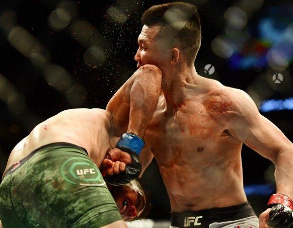 Самый сумасшедший нокаут в истории UFC попал на видео, став хитом в Сети