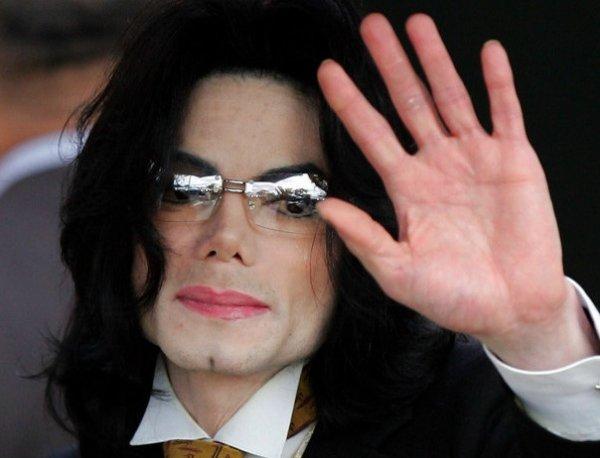 Фанаты Майкла Джексона нашли на видео из склепа певца доказательство, что он жив