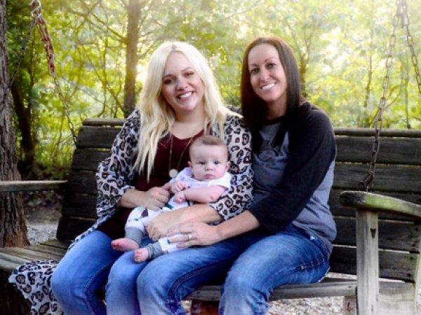 В США две женщины впервые выносили одного ребенка