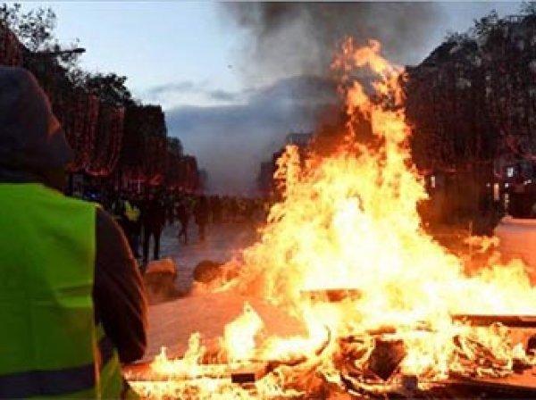 Акции протеста  и погромы захлестнули Францию из-за повышения цены бензина на 2,9 цента