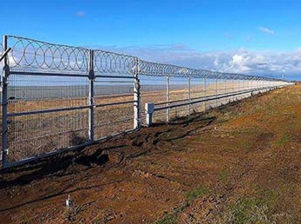 """""""Учись, Сеня!"""": украинцы сравнили новый забор в Крыму со """"стеной Яценюка"""""""