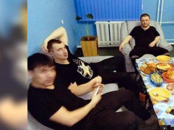 """Белые диваны, плазма, """"айфон"""" на зарядке: в Сети появилось видео из VIP-камеры Цеповяза"""