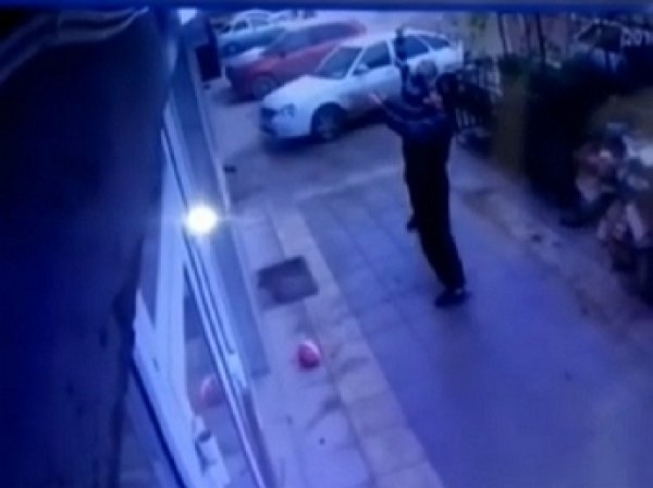 В Махачкале случайные прохожие спасли выпавшую из окна девочку