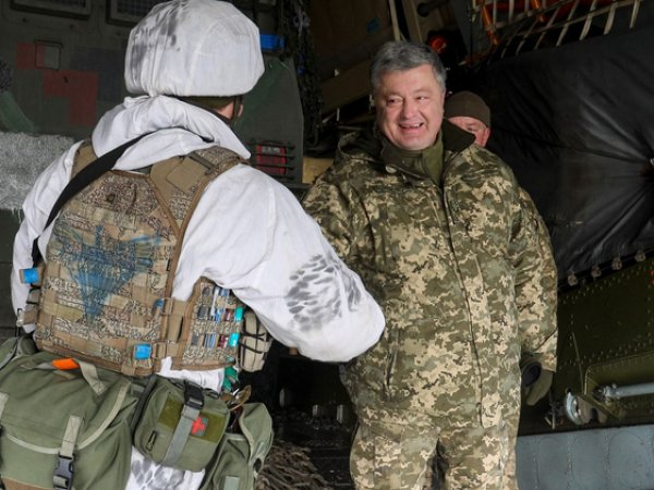 Порошенко сфотографировался с десантником, носящим эмблему СС