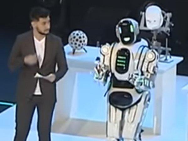 """На """"форуме Путина"""" человека в костюме робота выдали за """"самого современного"""" андроида (ВИДЕО)"""