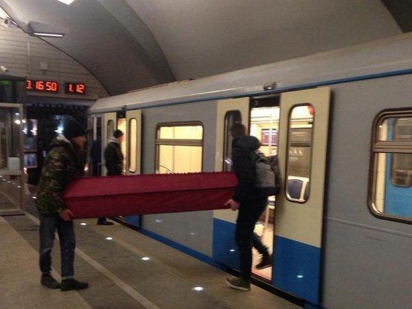 В московском метро двое мужчин провезли гроб (ВИДЕО)
