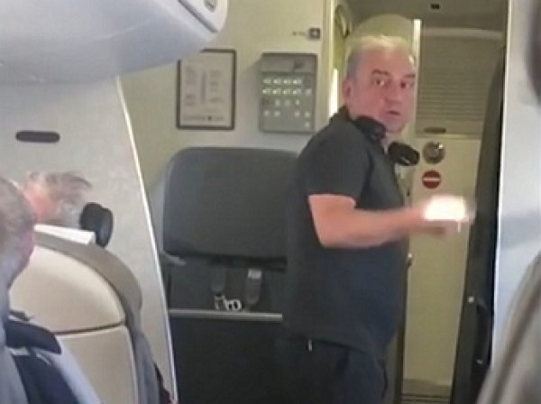 Вокалист «Чайф» устроил скандал на борту самолета