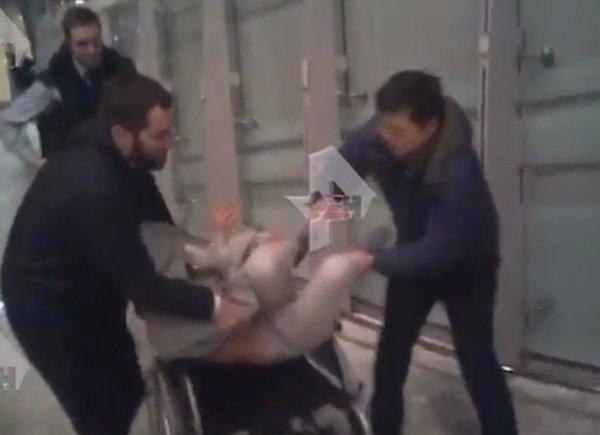 Настю Рыбку насильно увезли в инвалидной коляске: видео задержания в Шереметьево появилось в Сети
